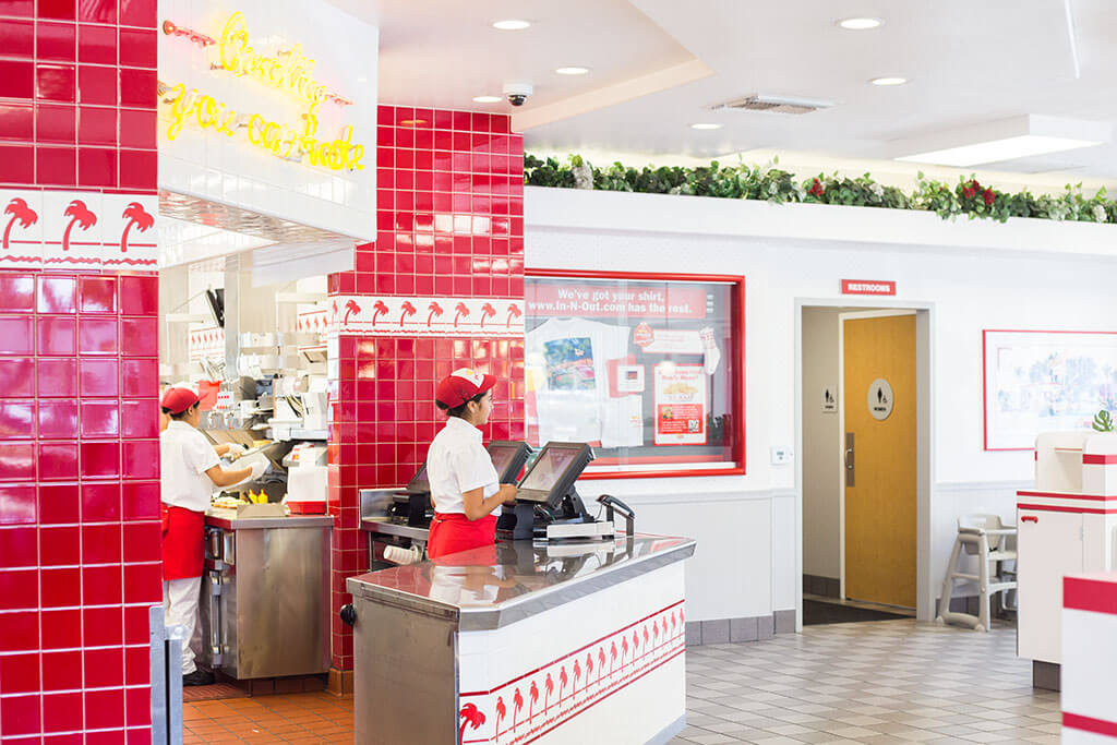 drive-swim-fly-in-n-out-burger-gilroy-california-cheeseburgers-fast-food-west-coast-original-cashier