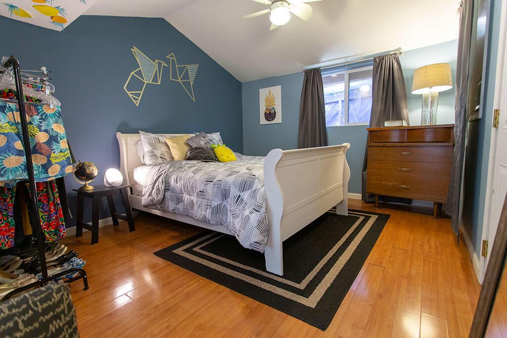drive-swim-fly-san-juan-bautista-california-willis-cottage-bedroom-queen-bed