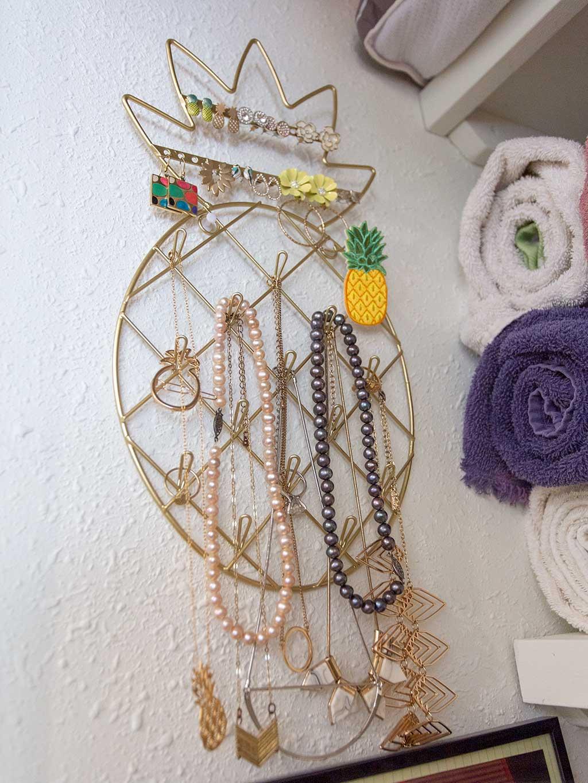 drive-swim-fly-san-juan-bautista-california-willis-cottage-living-room-pineapple-jewelry-hanger-2