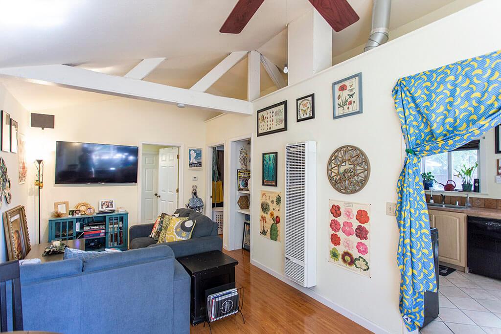 drive-swim-fly-san-juan-bautista-california-willis-cottage-living-room-vaulted-ceilings-1