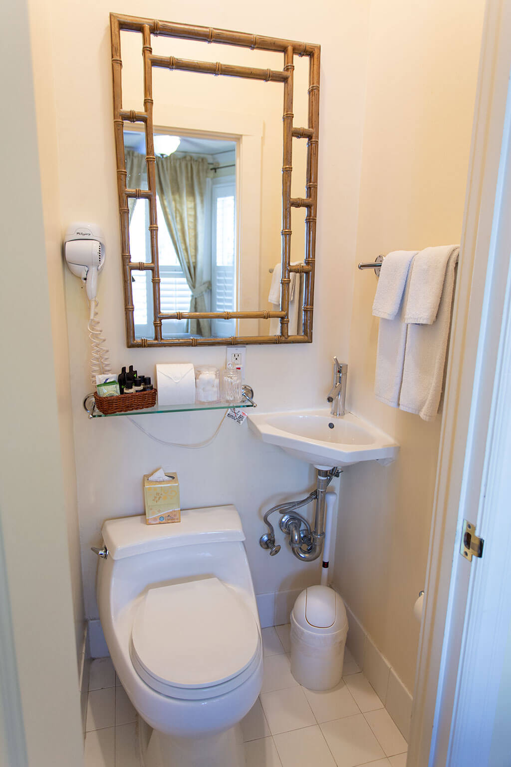 drive-swim-fly-san-francisco-avital-food-tour-washington-square-inn-hotel-room-bathroom